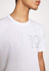 HUGO - DOLIVE - Triko spotiskem - white - 5