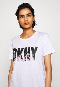 DKNY - GLITTER CITY SKYLINE IN LOGO - T-shirts print - white/black - 4
