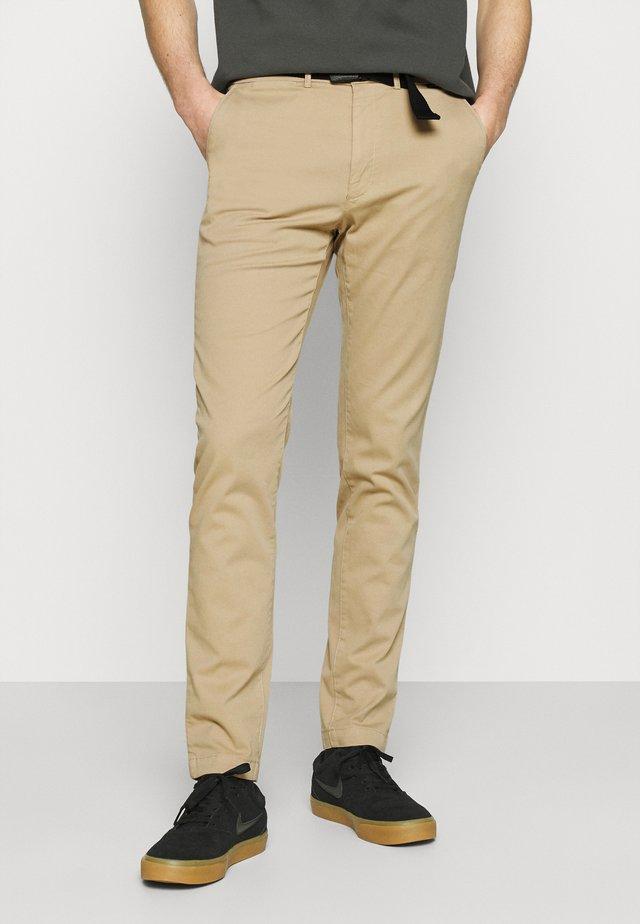SLIM FIT GARMENT DYE BELT - Chino kalhoty - grey