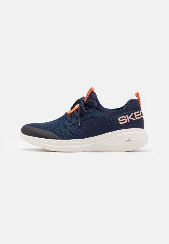 GO RUN FAST - Chaussures de running neutres - navy/orange
