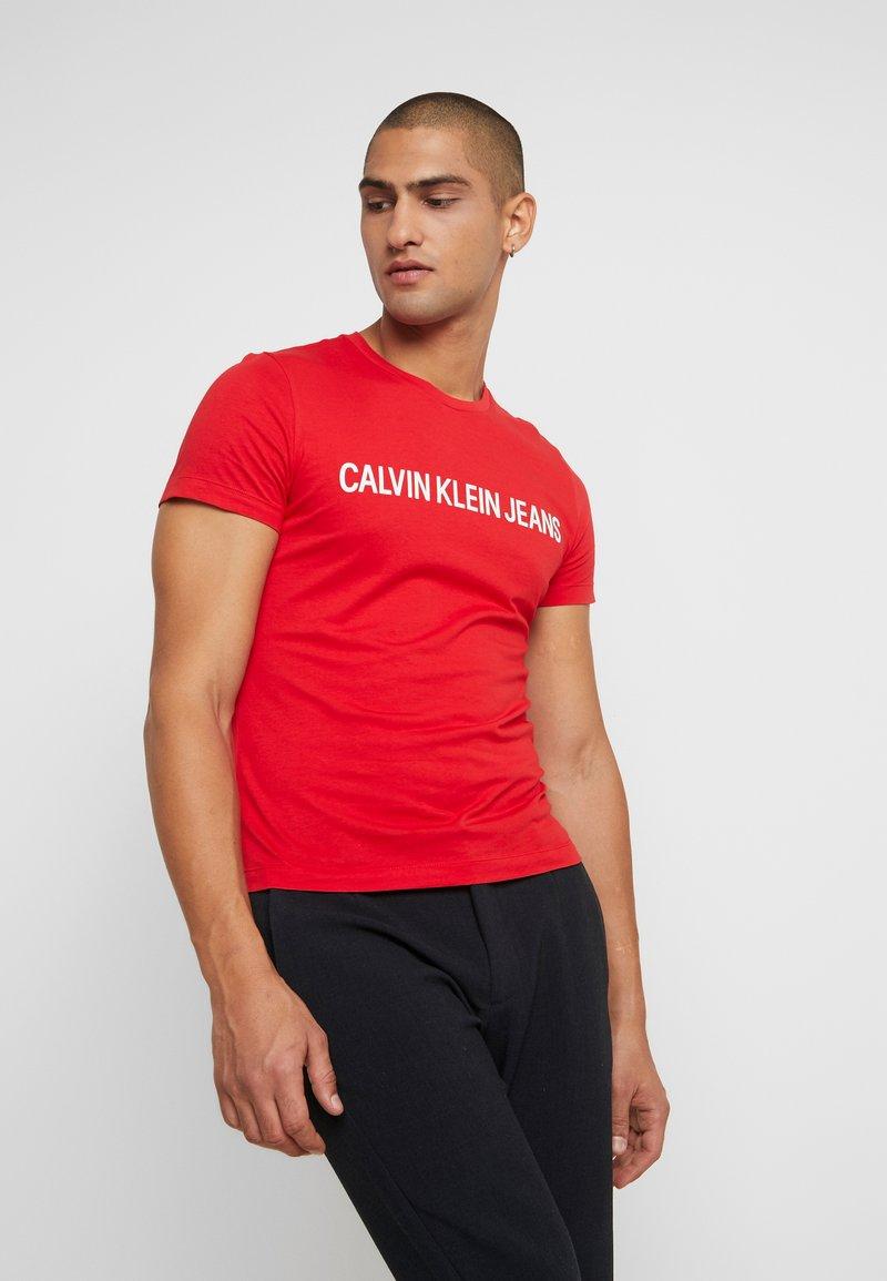 Calvin Klein Jeans - INSTITUTIONAL LOGO SLIM TEE - T-shirt z nadrukiem - racing red/bright white