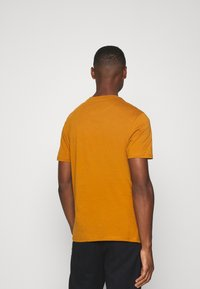 Lyle & Scott - Basic T-shirt - caramel - 2
