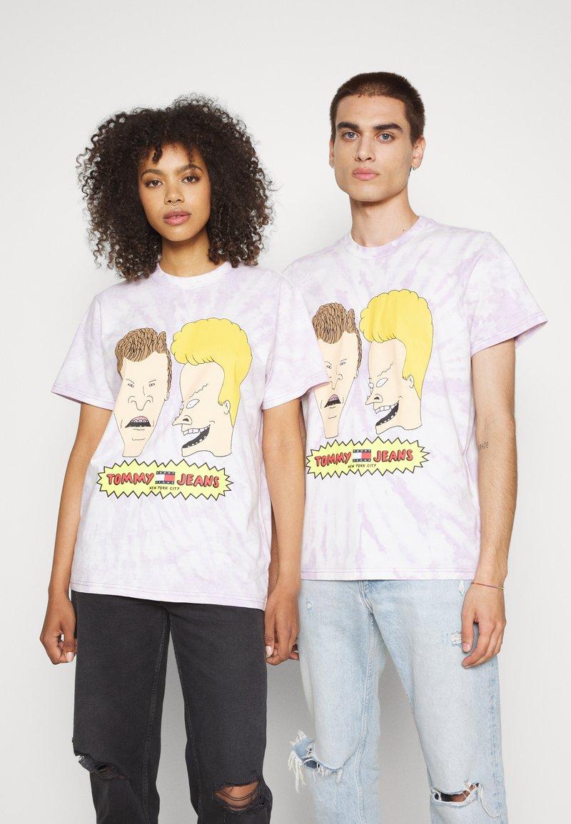 Tommy Jeans - ABO TJU X BEAVIS TEE UNISEX - T-Shirt print - lilac dawn