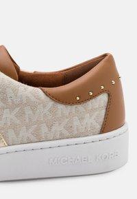 MICHAEL Michael Kors - KEATON STRIPE  - Zapatillas - natural metallic - 6