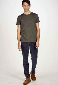 MDB IMPECCABLE - Basic T-shirt - dark olive - 1