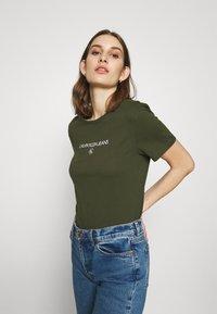 Calvin Klein Jeans - ROUND TEE - Print T-shirt - deep depths - 3