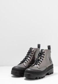 KARL LAGERFELD - TREKKA BRUSH LOGO HIKER - Boots à talons - dark metal - 4