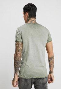 Tigha - VITO SLUB - T-shirt med print - military green - 2