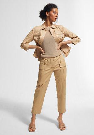 REGULAR FIT - Cargo trousers - sahara