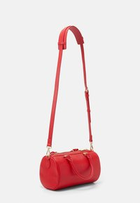 Love Moschino - TOP HANDLE CROC BAGUETTE CROSSBODY WITH TONAL CHAIN - Handbag - rosso - 2