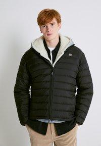 Levi's® - PRESIDIO PACKABLE JACKET - Down jacket - blacks - 0