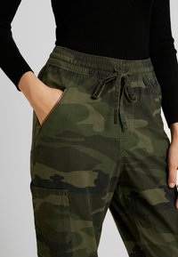 Hollister Co. - ULTRA HIGH RISE JOGGER - Trousers - olive - 6