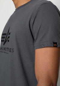 Alpha Industries - RAINBOW  - Printtipaita - grey/black - 4