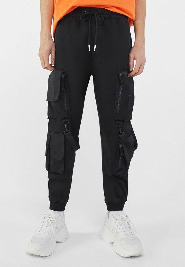 MIT MEHREREN TASCHEN - Pantaloni sportivi - black