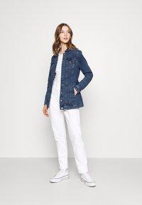 ONLY - ONLTIA LIFE LONG BELT  - Veste en jean - light blue denim - 1
