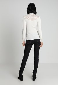 Rosemunde - SILK-MIX T-SHIRT WITH LACE - Topper langermet - ivory - 2