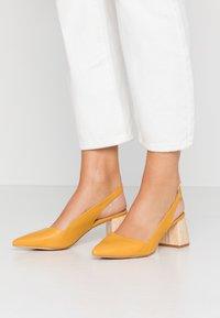 co wren - Classic heels - mustard - 0