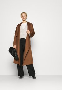 IVY & OAK - BATHROBE COAT - Klasyczny płaszcz - brown - 1