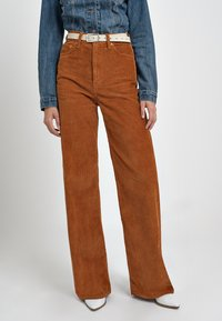 Levi's® - RIBCAGE CORD WIDE LEG - Flared Jeans - caramel - 0