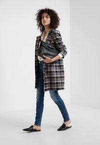 CLOSED - BAKER LONG - Jeans Slim Fit - mid blue - 1