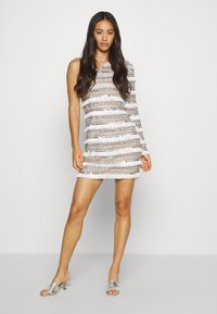 Missguided - FRINGE EMBELLISHED ONE SHOULDER MINI - Cocktailkjoler / festkjoler - white - 1