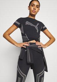 Puma - EVOSTRIPE EVOKNIT TEE - Print T-shirt - puma black - 0