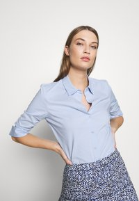 Steffen Schraut - BENITA ESSENTIAL BLOUSE - Button-down blouse - summer cloud - 3