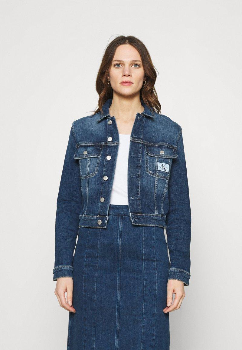 Calvin Klein Jeans - CROPPED 90S JACKET - Denim jacket - denim dark