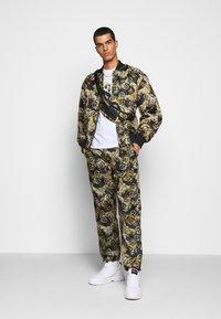 Versace Jeans Couture - RISTOP PRINTED LOGO BAROQUE - Chaquetas bomber - nero - 1