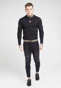 SIKSILK - LONG SLEEVE CHAIN TAPE COLLAR GYM TEE - Maglietta a manica lunga - black - 0