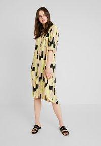 Monki - DAMIRA SHIRTDRESS - Košilové šaty - tornpaper - 2