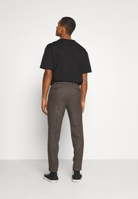 Isaac Dewhirst - CHECKFLAT FRONT TROUSER - Broek - brown - 2