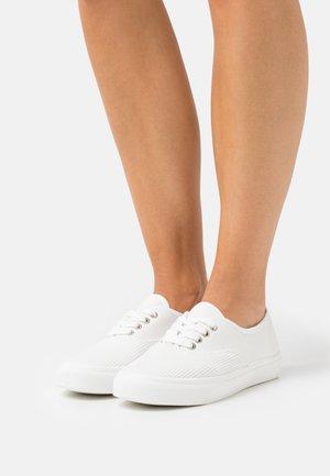 VEGAN JAMIE LACE UP PLIMSOLL - Sneakersy niskie - white
