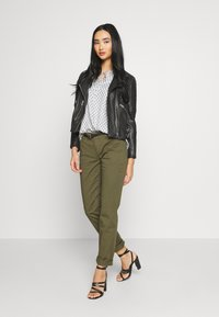 Scotch & Soda - WITH BELT - Chinos - military - 1