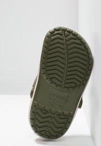 Crocs - CROCBAND - Sandały kąpielowe - army green/burnt sienna - 5