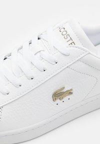 Lacoste - CARNABY - Sneakersy niskie - white - 5