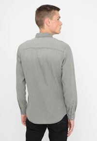 Jack & Jones - JJESHERIDAN SLIM - Shirt - light grey