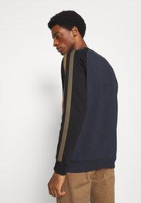 Lyle & Scott - COLOUR BLOCK CREW - Sweatshirt - dark navy - 3