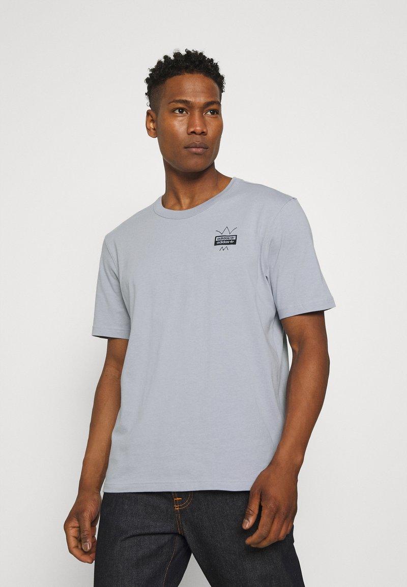 adidas Originals - ABSTRACT TEE UNISEX - Print T-shirt - halo silver