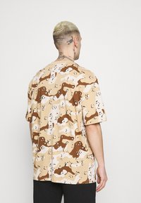 Karl Kani - T-shirt med print - sand - 2