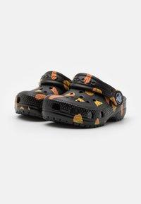 Crocs - CLASSIC FOOD - Sandały kąpielowe - black - 1