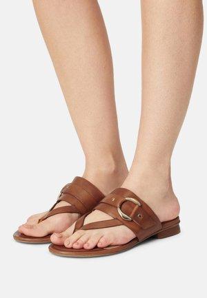 JASMINN - Sandály s odděleným palcem - cognac
