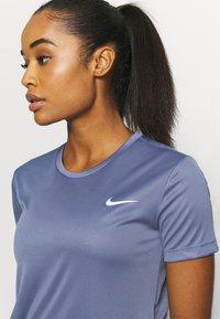 Nike Performance - MILER - T-shirt med print - world indigo/silver - 4