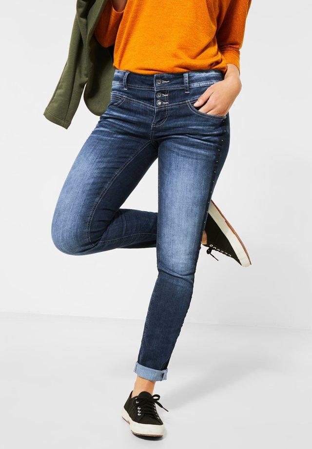 BLAUE DENIM MIT NIETEN-GALON - Slim fit jeans - blau