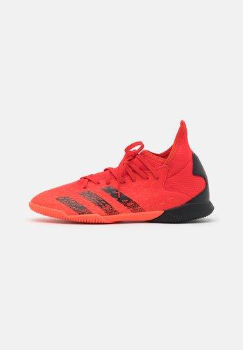 PREDATOR FREAK .3 IN UNISEX - Indoor football boots - red/core black/solar red