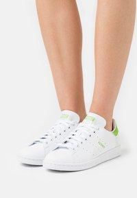 adidas Originals - STAN SMITH  - Zapatillas - footwear white/pantone - 0