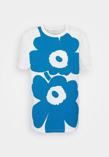 KIOSKI LAUHA UNIKKO PLACEMENT  - Print T-shirt - white/bright blue
