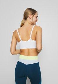 Nike Performance - INDY LUXE BRA - Sujetadores deportivos con sujeción ligera - summit white/platinum tint - 2
