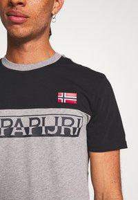 Napapijri - SARAS - T-shirt con stampa - med grey - 5