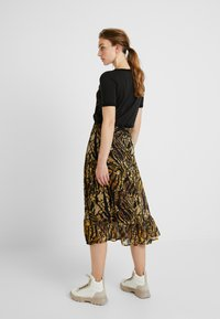 Gestuz - TASNIM SKIRT - A-line skirt - stripe yellow snake - 2